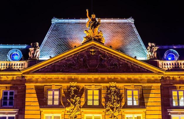 스트라스부르의 클레베르 광장 (place kleber)에있는 역사적인 건물 인 aubette의 세부 사항