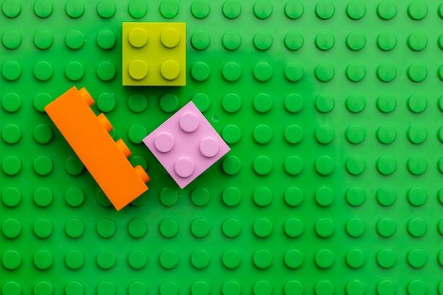 어린이 플라스틱 건물 키트의 세부 사항을 닫습니다.