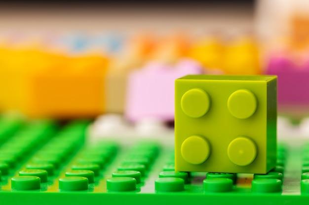 Детали детского пластикового строительного комплекта крупным планом