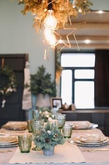 Детали праздничного интерьера, украшенного к новому году и рождеству
