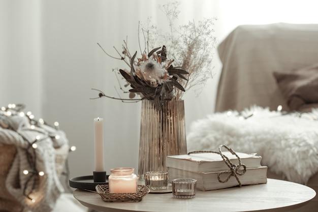 방의 흐릿한 배경에 있는 스칸디나비아 스타일의 가정 장식 인테리어의 세부 사항.