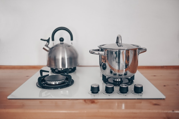スカンジナビアスタイルのアパートで木製の要素を持つモダンな白いスタイリッシュなキッチンのインテリアの詳細