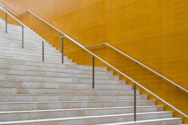 현대적인 건물의 금속 난간과 대리석 계단의 세부 사항