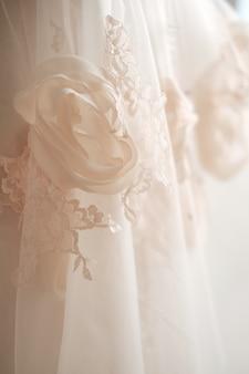 신부 드레스 직물과 아름다운 자수 결혼식의 세부 사항
