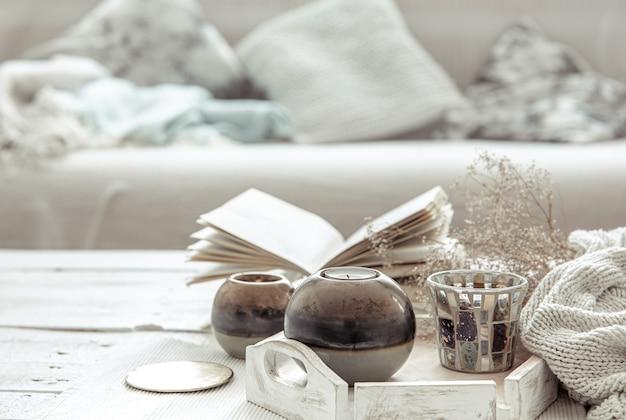 Детали декора на столе в гостиной в стиле хюгге. концепция домашнего уюта и современного стиля.