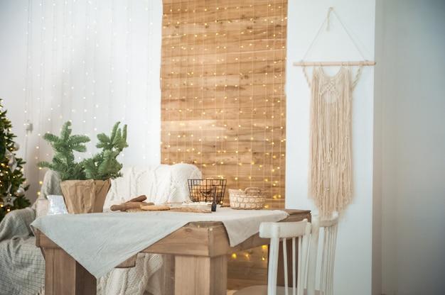 Детали декорированного новогоднего интерьера. скандинавская гостиная и кухня на рождество. комфорт домашнего уютного декора.
