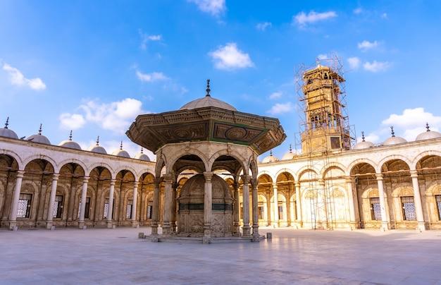 Детали интерьера алебастровой мечети в каире, столице египта. африка