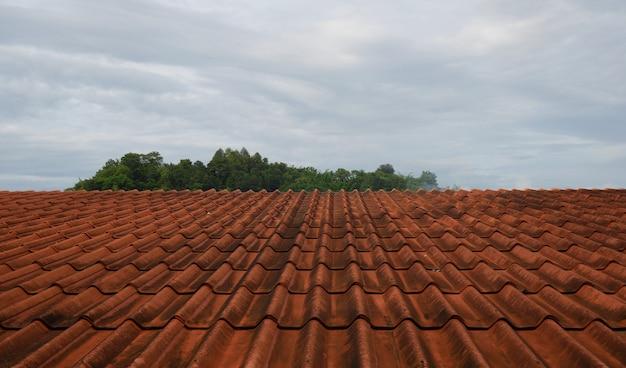Детали красной черепицы крыши