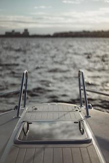 ヨット、デッキ、空の反射の詳細。