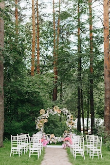 野外の森の結婚式の装飾の詳細