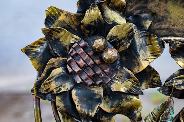 鍛造鉄門の詳細、構造、装飾品。金属製の花で飾られた飾り。