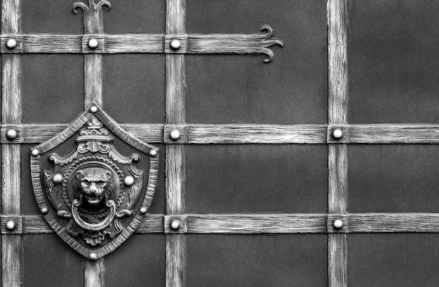 鍛造鉄門の詳細、構造、装飾品。金属製のライオンの装飾的な飾り。
