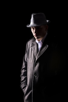 Detective in cappello
