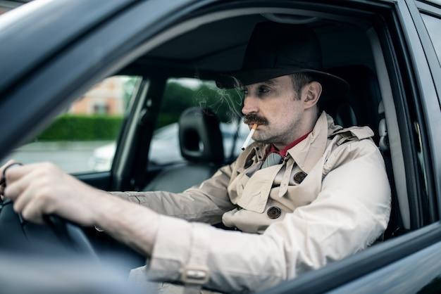 Детектив или гангстер ждут кого-то в своей машине
