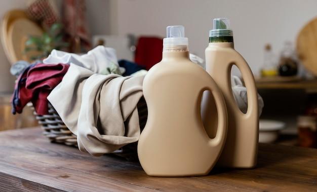 Bottiglie di detersivo e disposizione dei vestiti