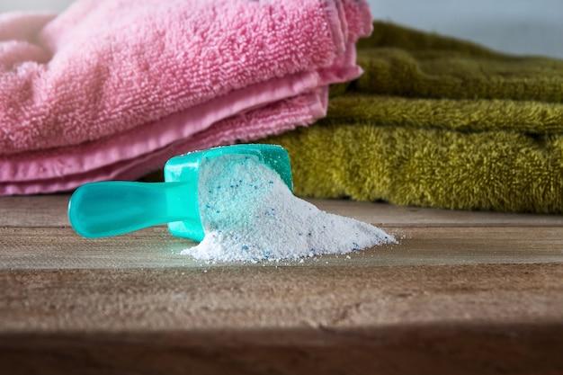 Моющее средство или стиральный порошок в мерной ложке