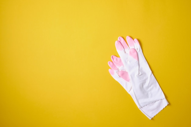 ピンク色の洗剤とクリーニングアクセサリー。クリーニングサービス、中小企業のアイデア。フラットレイ、上面図。