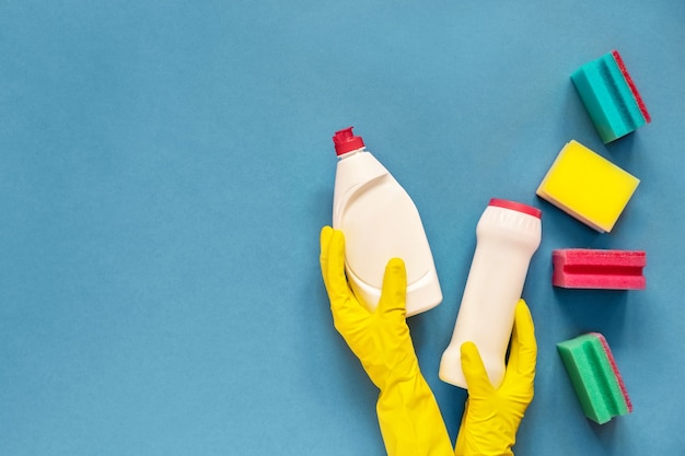 Моющие средства и губки, изолированные на синем