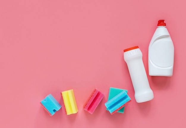 Моющие средства и губки, изолированные на розовом