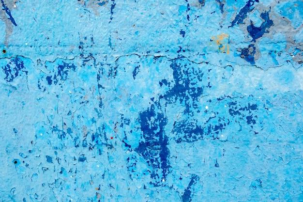 파란색 페인트로 덮인 노후된 표면. 정통 질감 프리미엄 사진