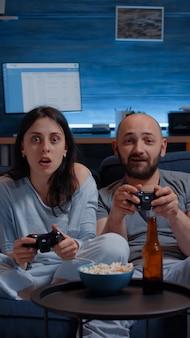 Решительная возбужденная пара выигрывает видеоигры
