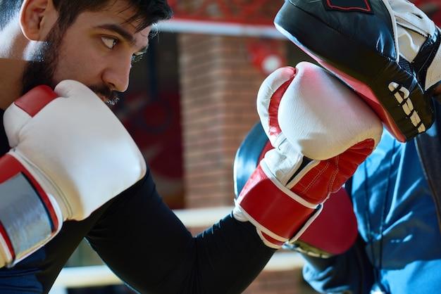 Определяется боксер пробивая тренировочные площадки