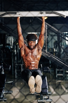 Определенно подходит черный человек делает поднять ногу