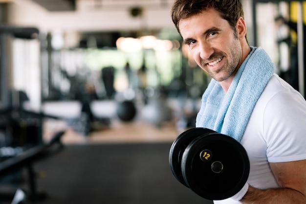 운동을 하고 체육관에서 운동하는 결심한 남성