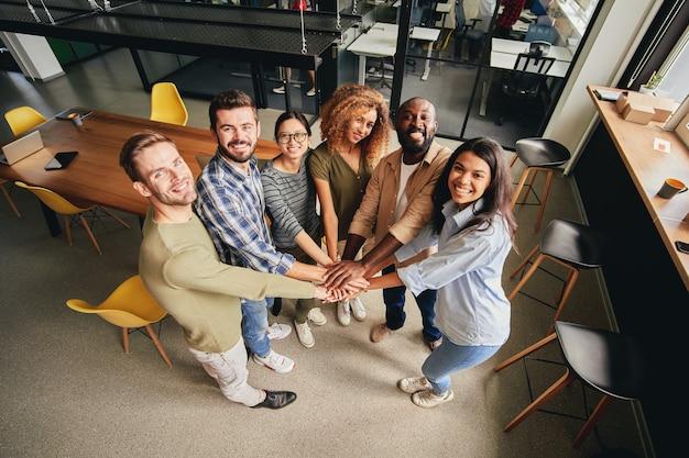 팀으로 일하는 결단력 있는 다인종 사람들