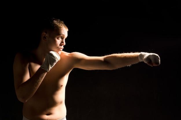 펀치를 던지는 젊은 권투 선수를 결정