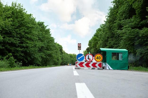 道路に迂回標識。交通標識迂回路