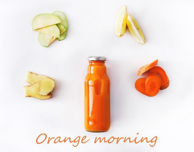 デトックスクレンズドリンクコンセプト、野菜オレンジスムージーの成分。減量ダイエットや空腹時のボトルに入った自然で有機的な健康ジュース。にんじん、リンゴ、生姜、レモンミックス白で隔離