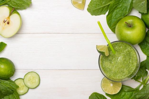 해독 개념입니다. 신선한 음료 녹색 스무디, 시금치 잎, 오이, 사과, 라임 과일의 유리 항아리.