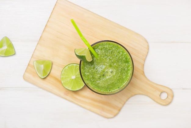 デトックスの概念。フレッシュドリンクグリーンスムージー、ほうれん草の葉、きゅうり、リンゴ、ライムフルーツのガラス瓶。