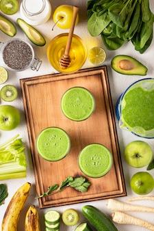 Концепция детоксикации с зелеными фруктами и овощами