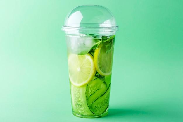 Детокс-напиток с огурцом, лимоном и базиликом Premium Фотографии