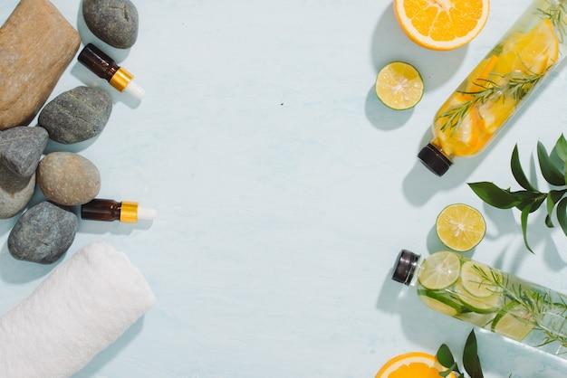 해독 과일에 향이 첨가 된 물이 주입되었습니다. 상쾌한 여름 수제 칵테일