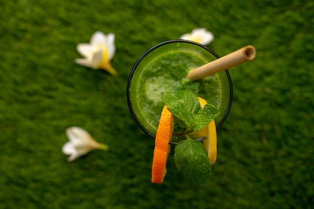 녹색 잔디에 건강한 식습관을위한 해독 녹색 스무디