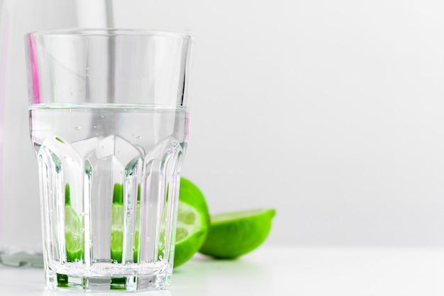 Detox infused воды с лаймом в стеклянной бутылке