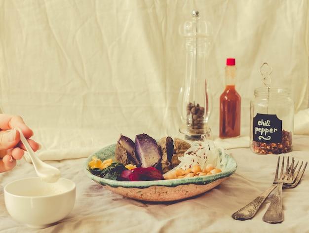 紫芋、ほうれん草の煮込み、フムスとコーンクラッカーのデトックスランチ