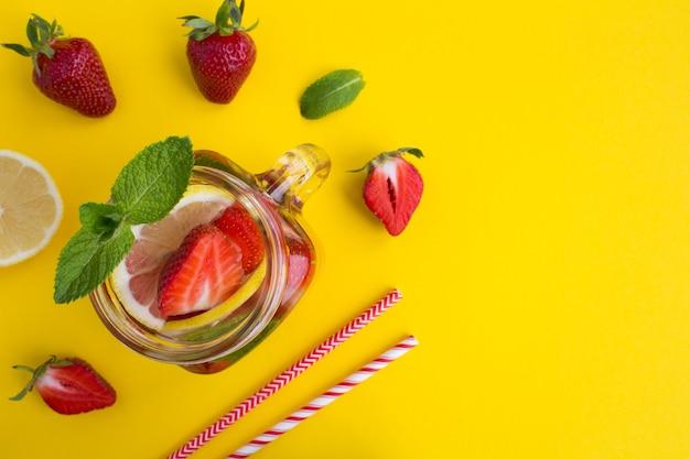 Детокс или настоянная вода с клубникой и лимоном в стакане
