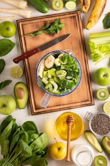 Рецепт детокса из шпината, сельдерея и многих зеленых овощей и фруктов. вид сверху.