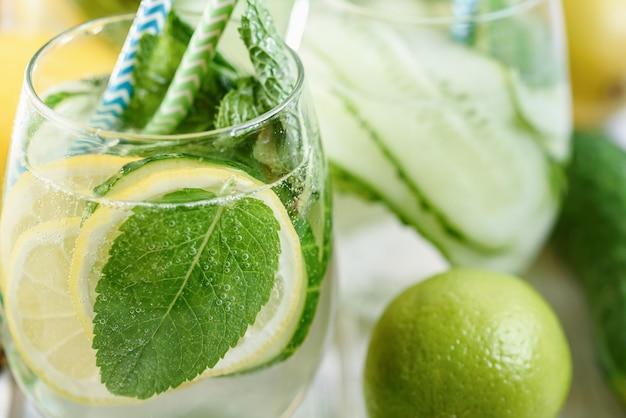 グラスにキュウリを入れてさわやかな水をデトックス