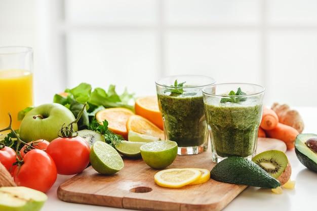 Детокс смузи свежие ингредиенты, изолированные на столе