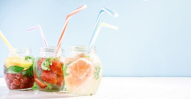 Детокс смузи из свежих фруктов и овощей в стеклянных банках с пробирками