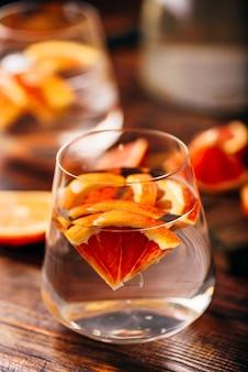 마시는 유리에 피 오렌지와 해독 물