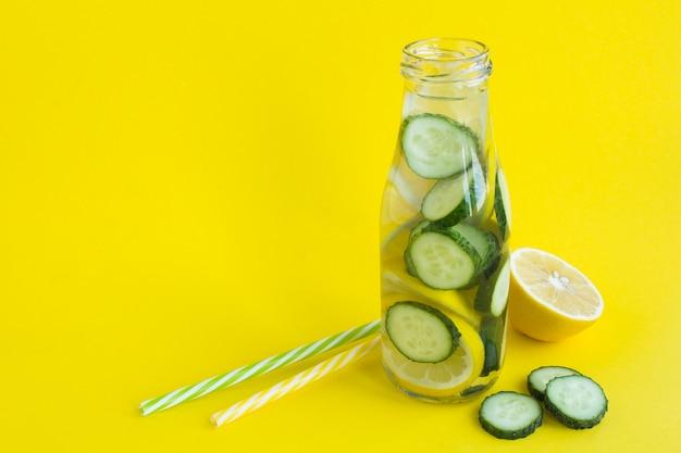 Детокс-вода с огурцом и лимоном в стеклянной бутылке