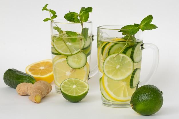 레몬 라임 오이 생강과 민트와 그 준비 재료로 물을 해독하십시오. 비타민과 항산화 제가 풍부한 건강 식품
