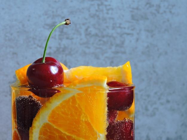 オレンジとチェリーのデトックス水。