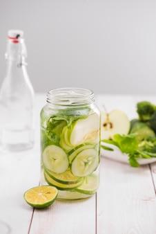野菜と果物で水をデトックスします。ダイエット健康的な食事と減量。